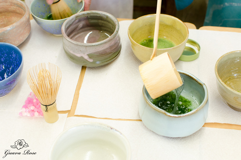 Pouring hot water into tea bowls (desk top)